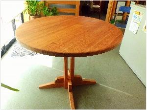 国産無垢材杉を使用した丸テーブル