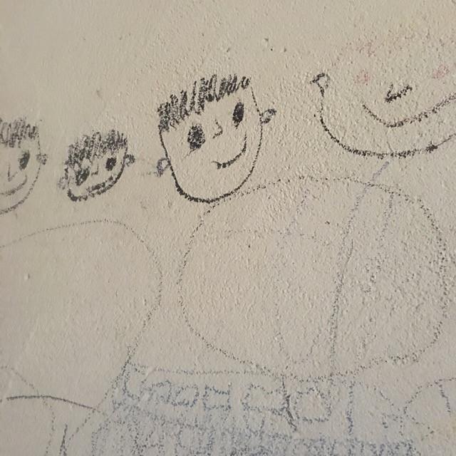 築17年の我が家の壁です。子供たちイタズラ描きがいい味を出してます。