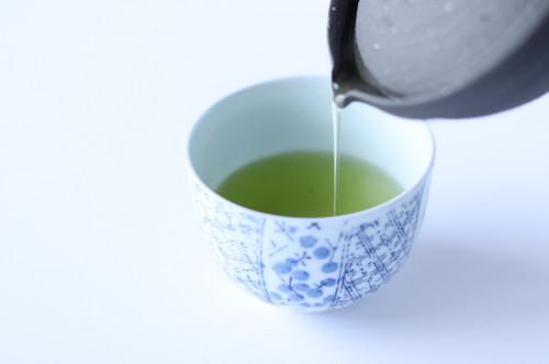 急須から湯呑にお茶を淹れる