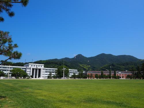 にっぽん縦断とうちゃこ江田島でおなじみ古鷹山を背景に赤レンガと学生館