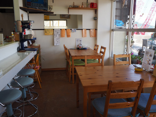ヒキシマ---4人掛けテーブル席とカウンター席.JPG