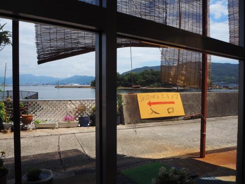 窓際テーブル席から見える引島.JPG
