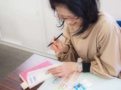 『江田島本』サイン中の丸古さん