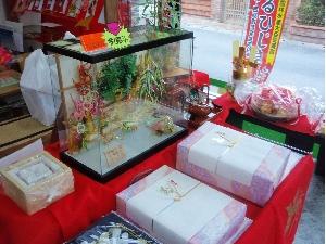 神谷茶舗の店頭に結納水引装飾のケースを展示しています。その他、結納に関するご相談もお受けしております。
