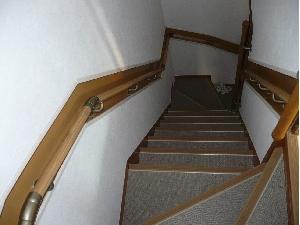 危険な階段も手摺とノンスリップで安全
