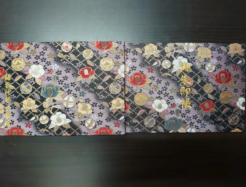 椿をモチーフにした金襴刺繍の見開き御朱印帳