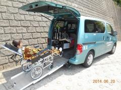 おはな号リクライニング車椅子乗降.JPG