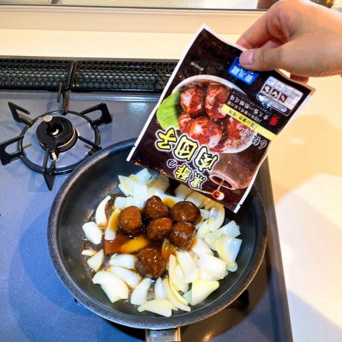 石井食品黒酢の肉団子レシピ『黒酢肉団子と玉ねぎの炒め物』2a.jpg