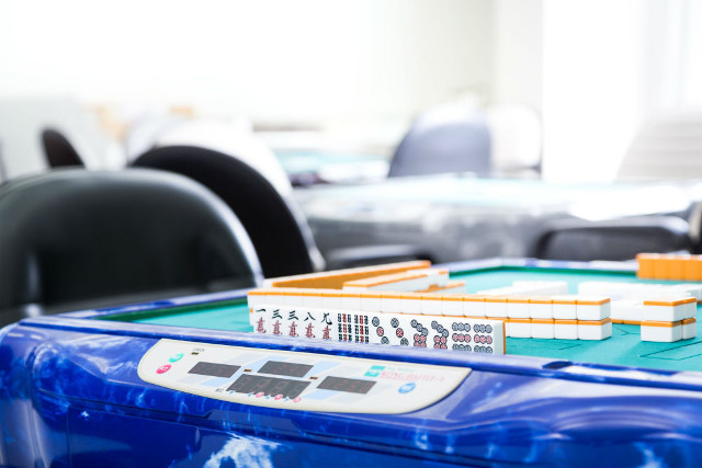 岐阜市で麻雀を楽しむなら自動の卓を10卓完備する【リーチ麻雀ツモるんです。】へ~ルールがわからない初心者も大歓迎~