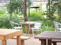 大多喜ハーブガーデンのドッグカフェ:丸テーブルもご用意