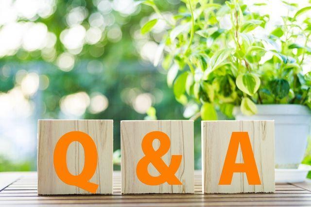 積み木に描かれたQ&Aの文字