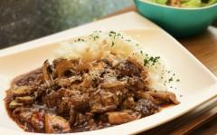 パルミジャーノレジャーノ香る 牛すじ肉とマッシュルームのハヤシライス1.jpg