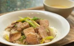 ●豚バラ肉の薄切りローストポークと長葱のオニオン醤油DON.jpg