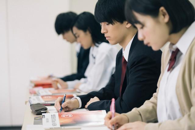 真剣に受験勉強に取り組む学生