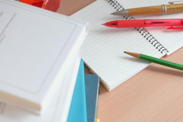 積み上げられた書籍と勉強道具