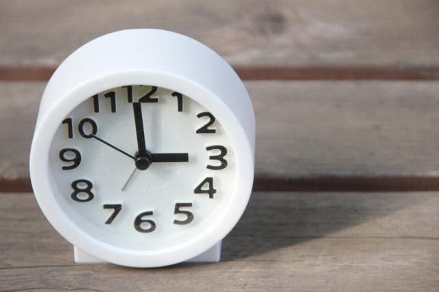 板の上に置かれた白い時計