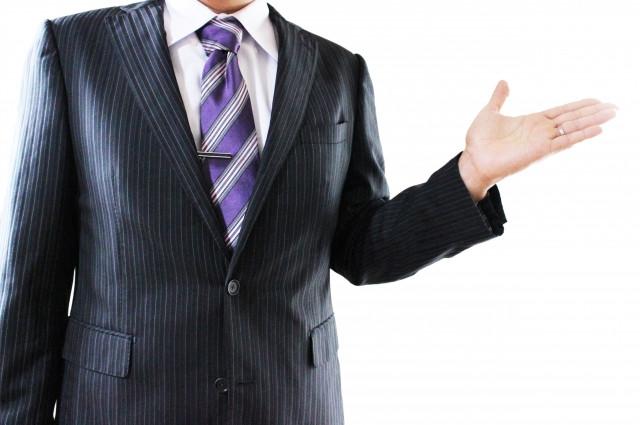 メディカ(medika)について説明するスーツの男性