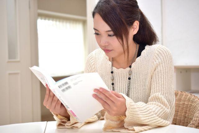 受験のために勉強をする主婦