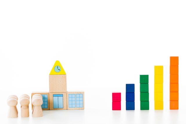 積み木で作られた学校と棒グラフ