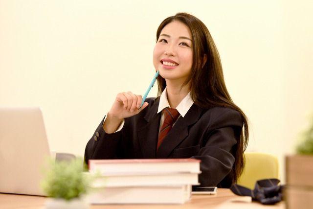 ペンを持つ学生の女性