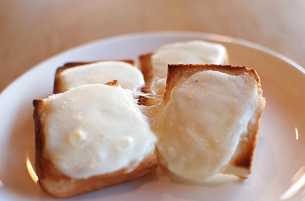 パンにのせて焼くととろけるチーズに
