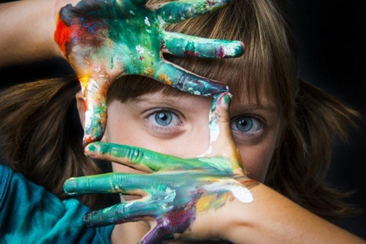 手にいろいろな色の絵の具を付けた外人の女の子の写真。750px×500pxサイズの画像の例、拡大して画像劣化した写真の例として表示