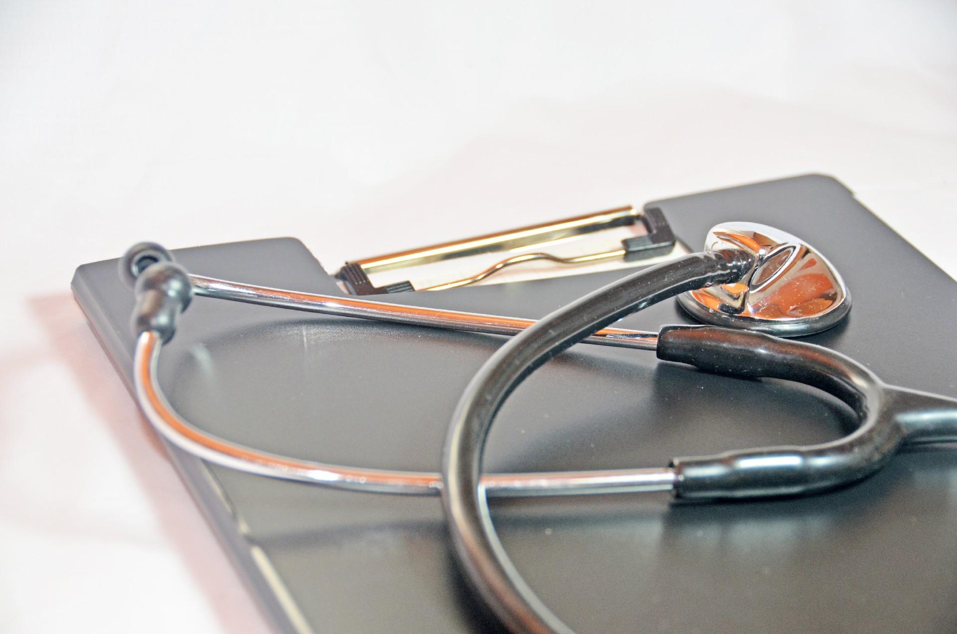 婦人科で使用する聴診器と問診票