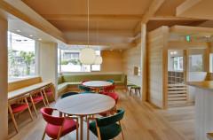 丸テーブルと椅子のある待合室