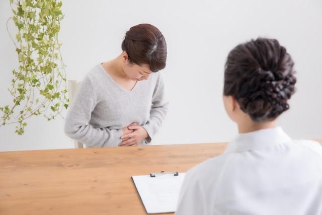 婦人科で月経不順の悩みを相談しているイメージ