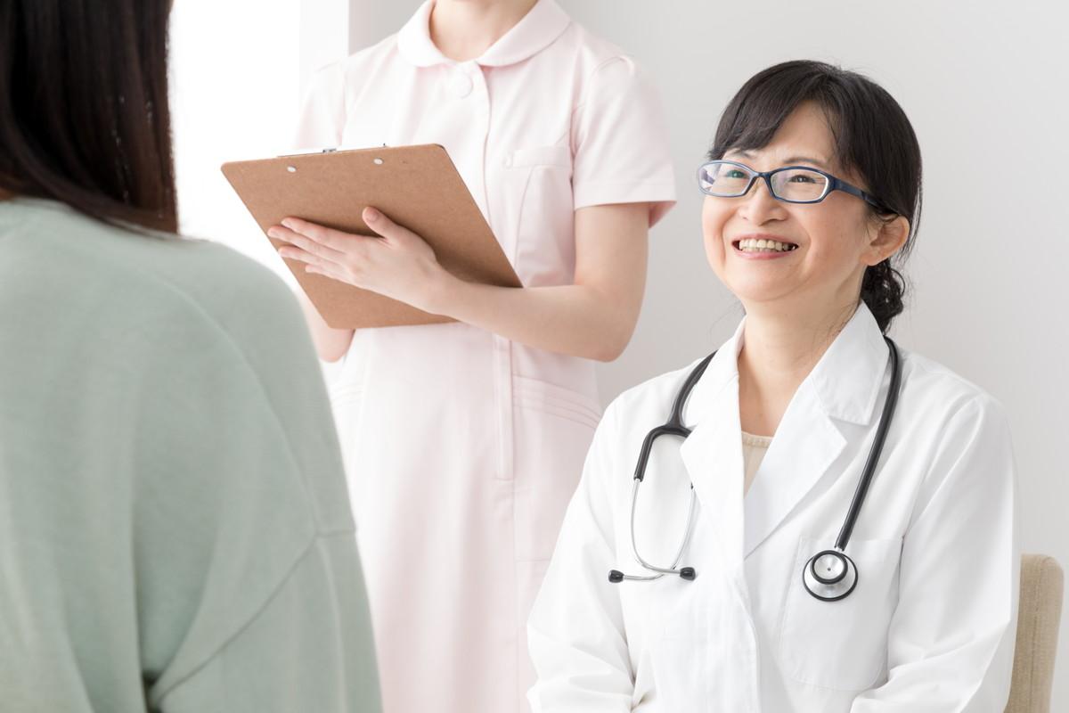 女医と面談する女性