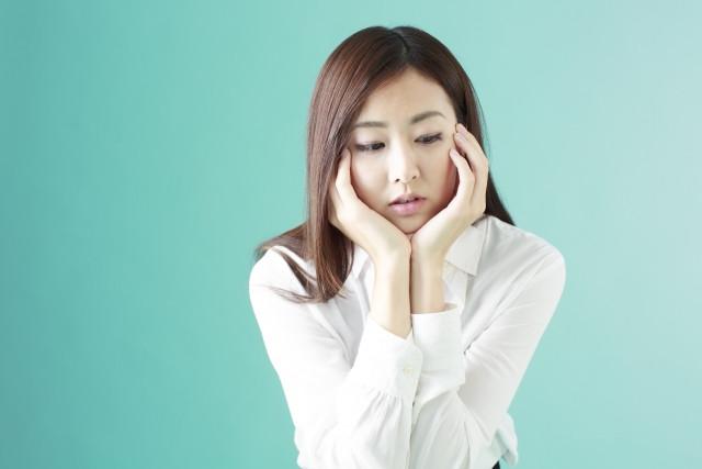 鎌倉でヒプノセラピーを受けるか悩んでいる女性