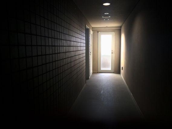 暗闇の部屋で光る出口の扉