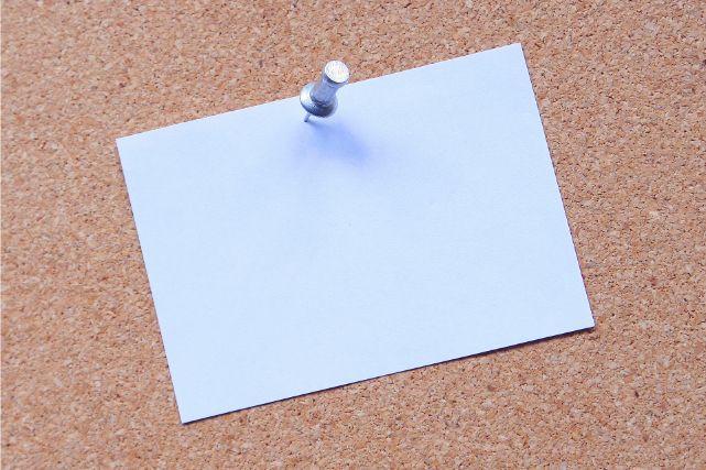 コルクボードに貼られたメモ用紙