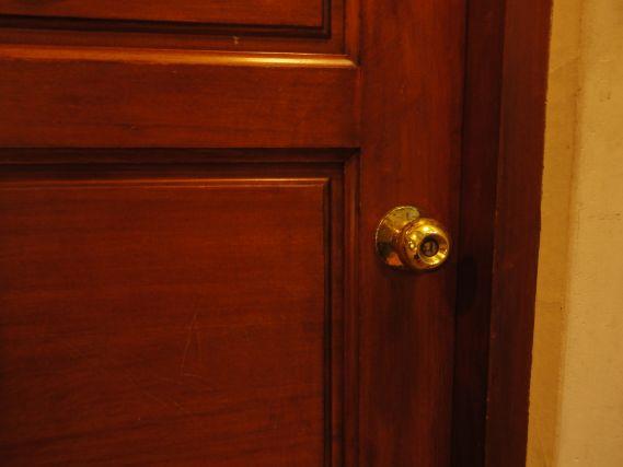 ドアノブのないドア