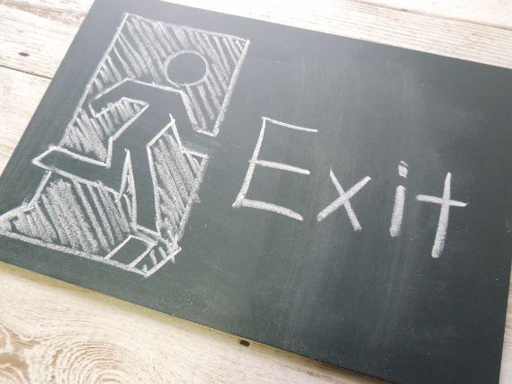 黒板に描かれた出口のイラスト