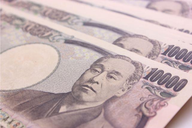 重なった一万円札