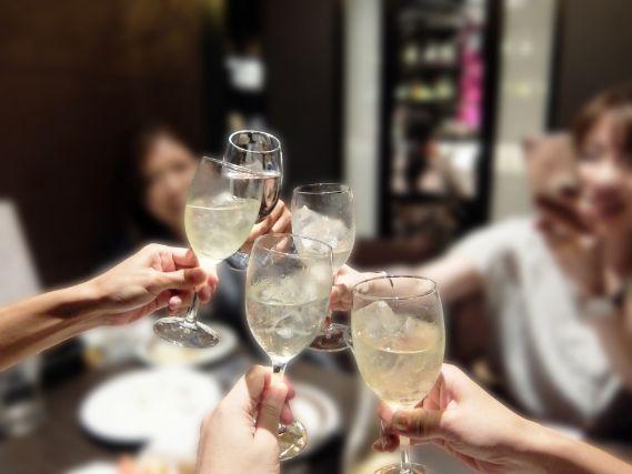 町おこしイベントでお酒を乾杯する人たち