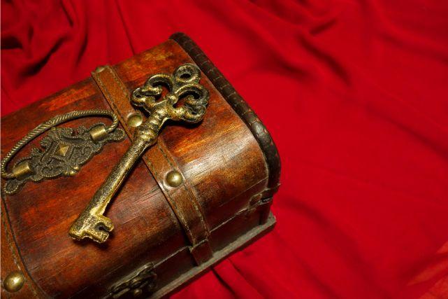 宝箱の上に置かれたアンティーク調の鍵