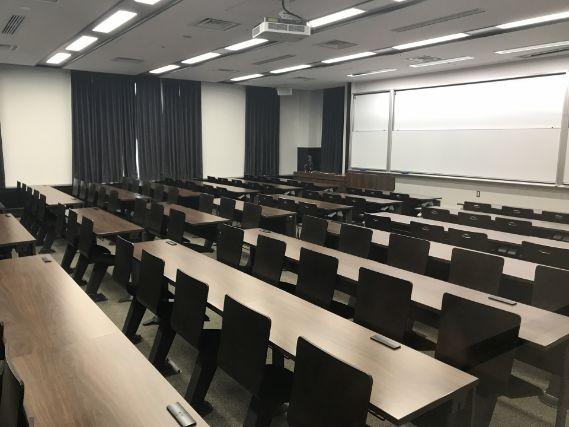 机の並んだ会議室