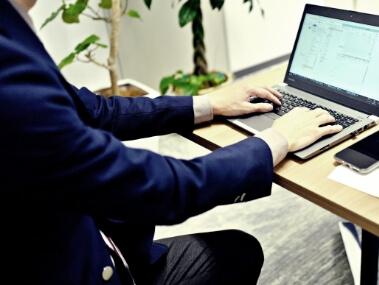 パソコンに向かう男性