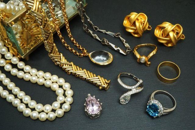 並べられた宝石や貴金属