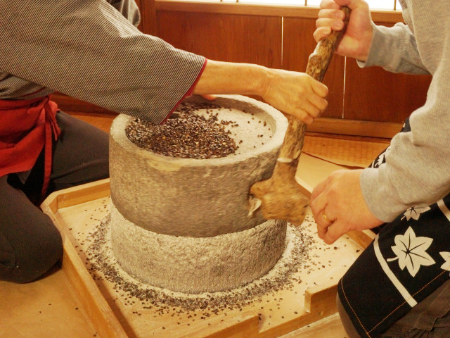 蕎麦の製粉方法~石臼挽きとロール挽き~
