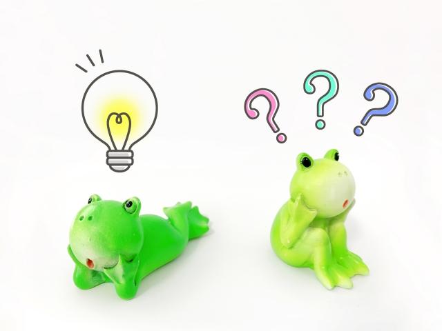 疑問に思うカエルと電球で閃くカエル