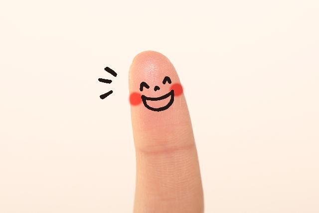 笑っている表情が描かれた指