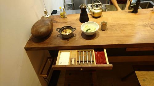 京都「高倉二条」 クラロウォールナットの結界 と抽斗とラーメンスツール