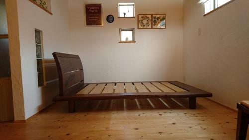 ウォールナットと栗のベッド