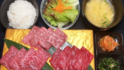 沖縄 焼肉 極上牛 もとぶ牛 ランプ イチボ カルビ 三種盛り定食.JPG