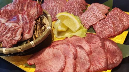 沖縄 焼肉 極上牛 国産和牛部位食べ比べ肉盛り.JPG